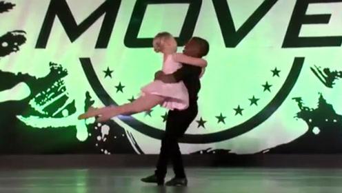 两个小娃在台上表演舞蹈,台下的观众都疯狂了,这大概就是天才吧