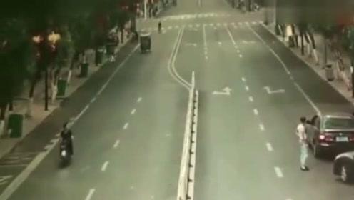 监控:女司机刚刚处理完就追尾了,又一脚油门窜到马路边