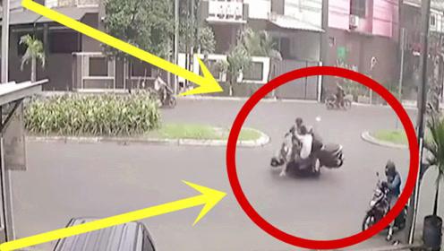 摩托车男子小心翼翼横穿马路,另一摩托车急速冲来,现场一片狼藉!