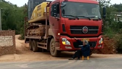 现在个别的老人太没有人性了,只会倚老卖老,坐在大货车前面不让走!