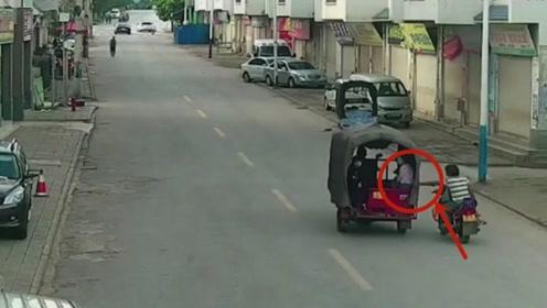 摩托车男子一个伸手的举动,却把自己搭了进去,幸好被监控拍下