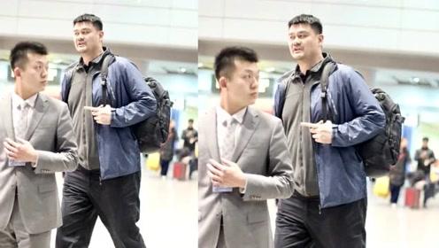 姚明打扮休闲低调现身机场 巨人般身高与路人反差巨大