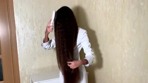 美女有一头小卷长发,披着的时候,又漂亮又有气质