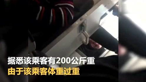 200公斤男子被吸进马桶飞机紧急迫降 大喊不要死在厕所里
