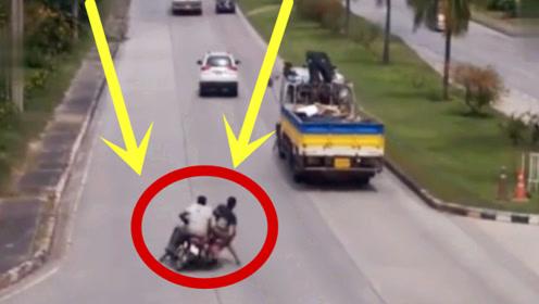 两男子骑摩托飙车,3秒钟不到一人没命了,这下再也不敢狂了!