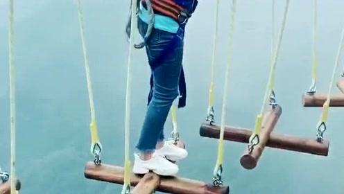 超高空的悬空桥梁,这妹子走在上面面色如常,换我的话怕是腿都不敢迈了