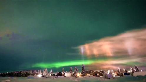 这是什么神仙美景!摄影师在瑞典托尔纳河畔拍到寒夜灯柱