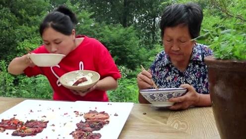胖妹嘴馋烤五花肉,还和奶奶抢肉吃,隔着屏幕都闻到香