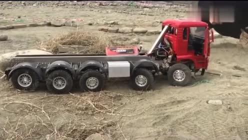 玩具车:大货车开得太快了,拉的大石头都掉了,网友:车门还开着呢