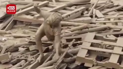 女子被泥石流裹着眼看被卷走 泥浆和木板堆中顽强自救