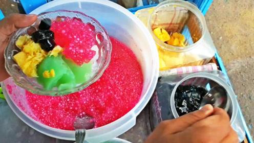印尼街头的爆款小吃:烧仙草!老板加了超多冰块和爆果粒,巨诱人