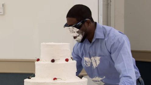 盲人走路不小心撞向蛋糕,就这样脸埋进了蛋糕里,路人不厚道的笑了