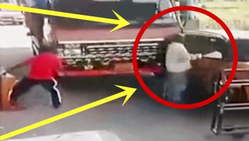 嚣张男子拦路收过路费,货车司机毫不留情,监控记录男子生前2秒!