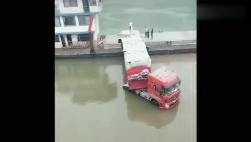 货车到岸卸货,乍一看还以为出了事故,掉里面出不来了呢!
