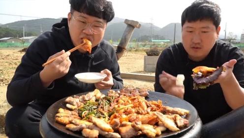 韩国家庭版烤五花肉,里面搭配着各种泡菜,你喜欢这种吃法吗