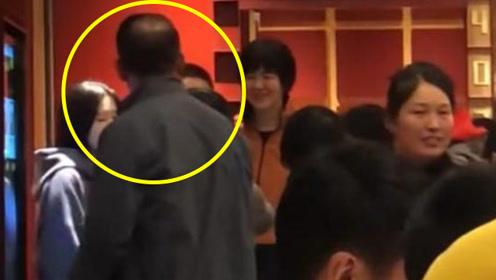 郎平吃火锅遇粉丝拍照,老公在一旁的反应,让众人直呼:嫁对人了