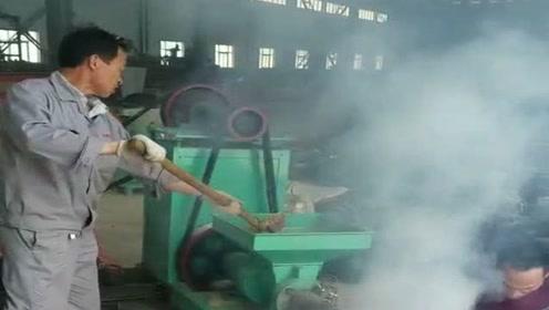 原来做烧烤用的木炭,就是这样做出来的,这机器好神奇!