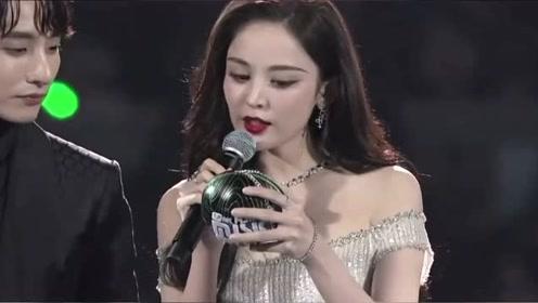 """娜扎亮相MAMA颁奖典礼,颁奖环节""""塑料英语""""略显尴尬"""