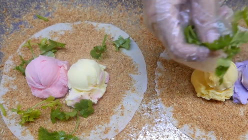 街头美食:冰淇淋花生卷,用卷饼包着冰淇淋球,撒点香菜和花生粉