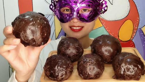 """小姐姐吃手工创意""""巧克力脆皮冻柿子"""",棕色大疙瘩冰爽沙脆"""