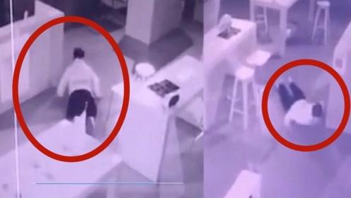 """自作聪明!两男子""""划船式""""在手机店内偷窃,以为这样就可以躲开监控!"""