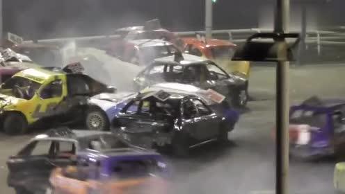 这是真的没想到啊,十几辆赛车相撞混乱,硬生生被撞出口子!
