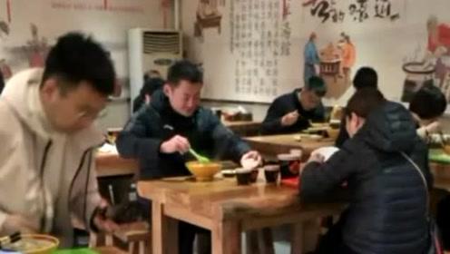 网友偶遇52岁景岗山吃羊杂汤,一脸沧桑憔悴显老,如今成了中年大叔