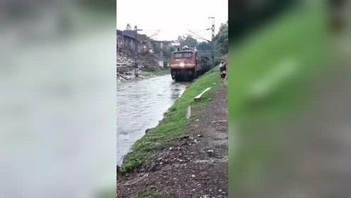河边无意拍到,这一幕把我看愣了,火车能在水上跑?