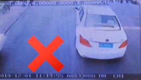 气愤!消防车出警遭私家车阻挡1分16秒 交警:将对其依法处罚