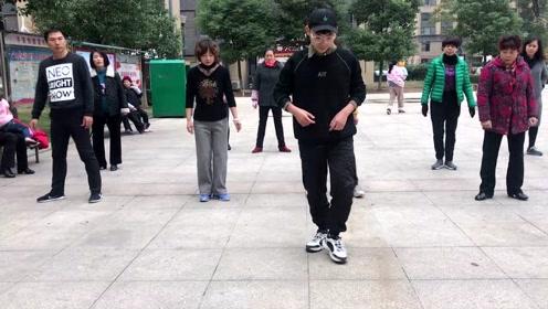 最火鬼步舞《蝴蝶步》,舞步简单好看,标准动作详细教