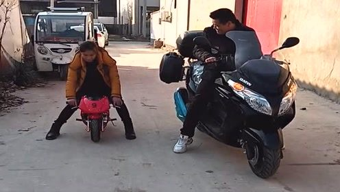大哥瞧不起妹子的小摩托车,两人现场就比试一下,结果太逗了!