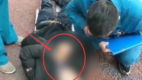 暖心!男子突发疾病晕倒郑州街头 巡防队员紧急救助