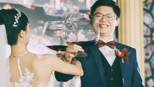 这是我见过的最强的交杯酒,这杯子太强了!万一没有拿稳怎么办!