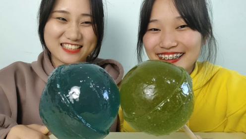 """俩女孩试吃趣味""""巨大无敌棒棒糖"""",形似流星锤,果味香甜超赞"""