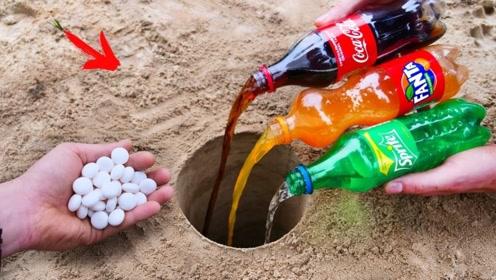 将3种碳酸饮料倒进地洞中,再扔进曼妥思会发生什么?场面太炫酷!