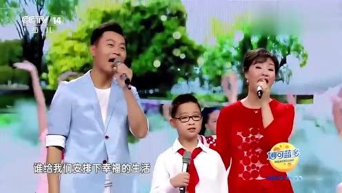 王丽达汤子星一家唱《让我们荡起双桨》,好幸福的一家人!