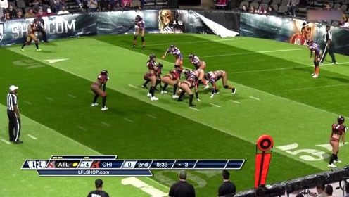 美式橄榄球:女四分卫假动作后接长传达阵,对方都没反应过来,太帅了!