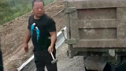 大哥卸车真逗,水泥都凝固了,网友:你成功的把货箱车改成平板车