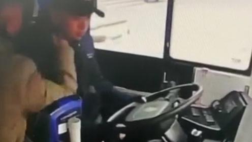 七旬老汉不顾乘客安危殴打公交车司机致车辆失控 已被警方刑拘