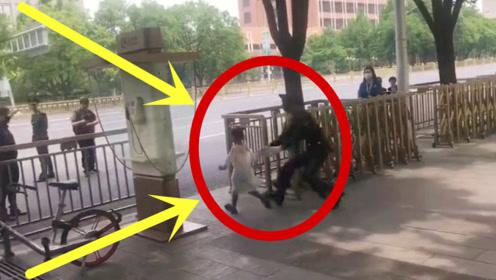 小朋友刚要横冲马路,被兵哥哥发现拦住,这手速也是没谁了!