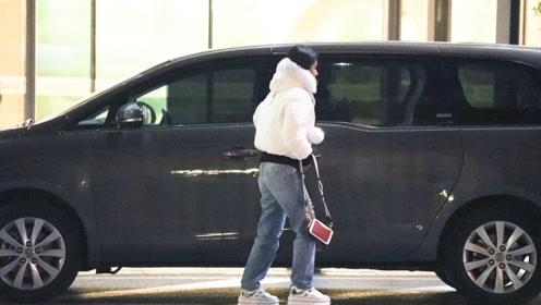 杨紫穿羽绒服认真保暖不臃肿 下车迅速对镜头警惕