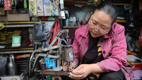 老公失去劳动能力,60后大妈靠修鞋供俩女儿读完大学,盖起五层楼