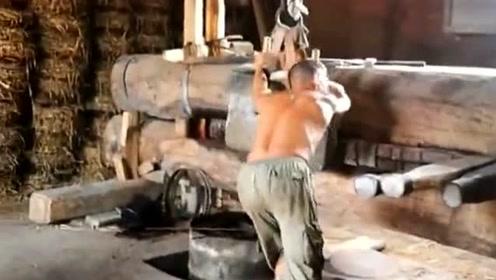 非常传统的榨油方式,干这份工作必须要有一身力气,否则根本干不了!