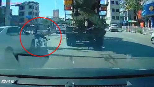 """骚操作!广东一学生""""鬼探头""""式骑车,被撞后继续""""蛇形走位"""""""