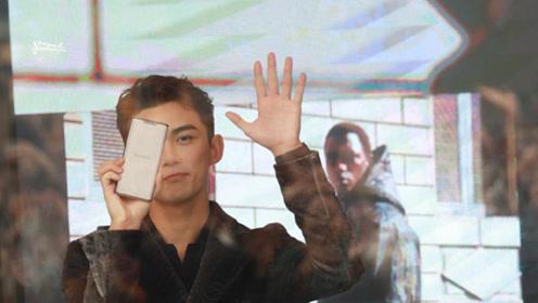 """吴磊参加活动手机打字给窗外的粉丝传话:""""他们不让我出去"""""""