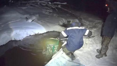 男子在河面凿开一个洞,随便捞了一网,提起来一看瞬间乐坏了!