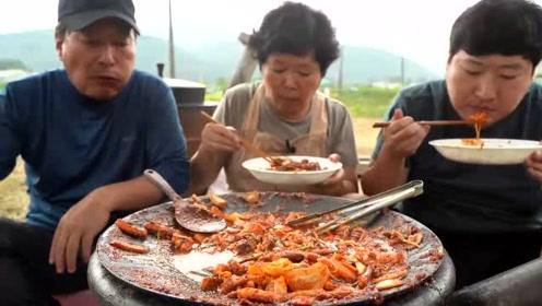 一锅八爪鱼拌米粉,红红火火好有食欲,儿子的战斗力真强