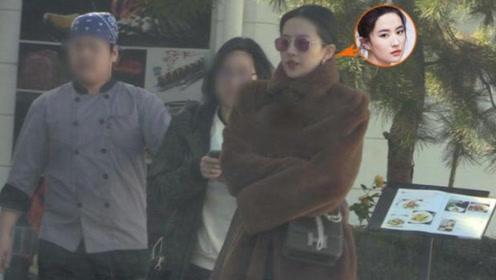 刘亦菲穿皮草大衣现身,贵妇装太过成熟,60岁刘妈妈气质不俗