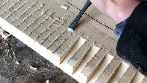 这把刻刀居然这么锋利,工人师傅连锤子都用不上,轻轻一刮就可以了!