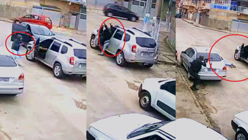 监拍:巴西劫匪持枪劫车后发现不会开 警察持枪到场还在原地打转